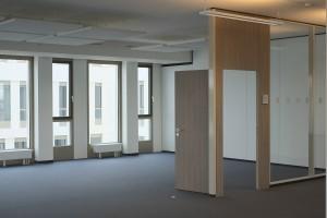 Tür im Großraumbüro